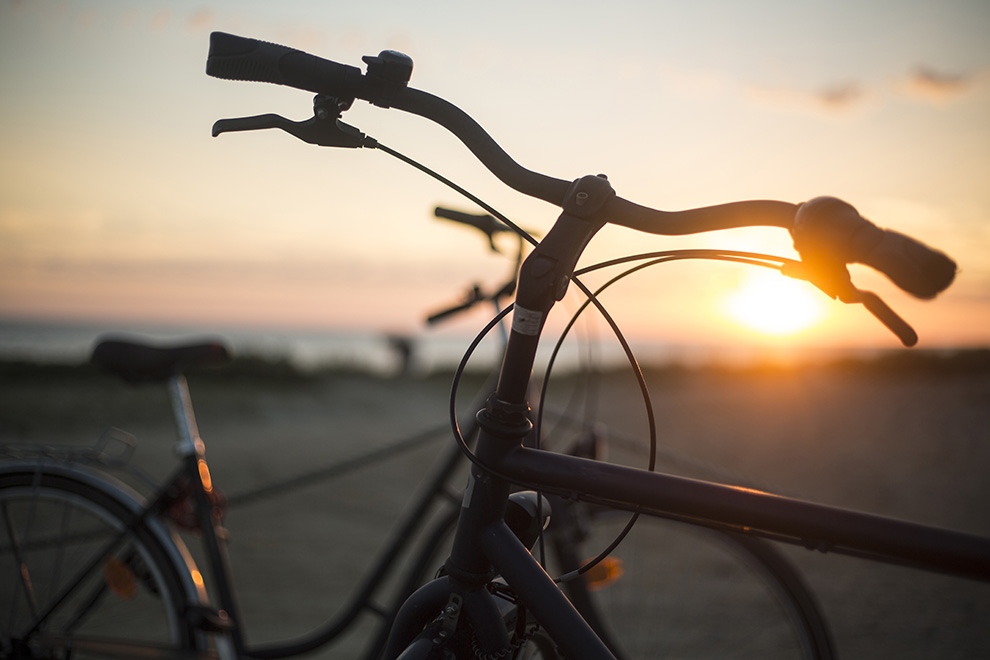 Fahrräder im Sonnenuntergang am Meer